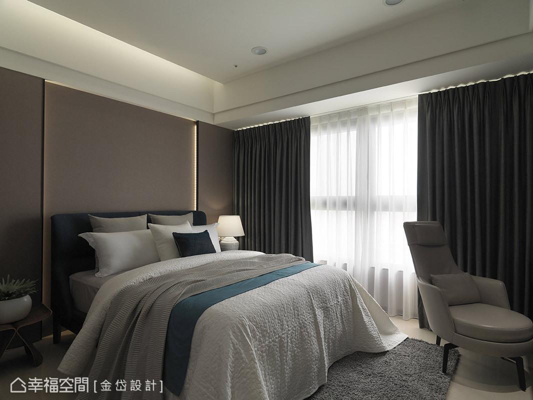 主臥室細膩刻劃精湛品味,床頭牆面簡約且無華,並佐上燈帶營造層次感,展現低調的細膩質感,也讓設計感知一一鋪陳。