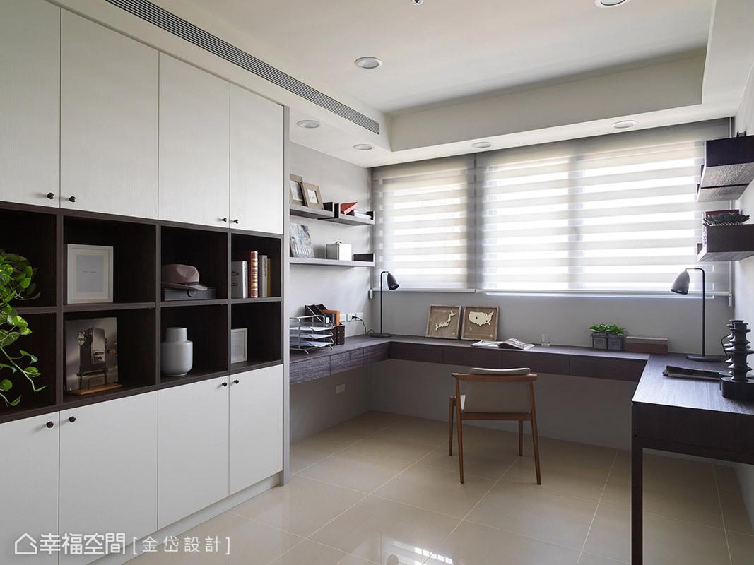 書房以ㄇ字型的書桌規劃,提供多人使用以及物件的放置空間。