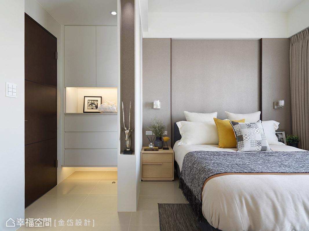 主臥室營造簡約舒適的氛圍,設計師陳美貴更考量入門後會正對床頭,所以用小屏風做為視覺與心境上的轉折點。