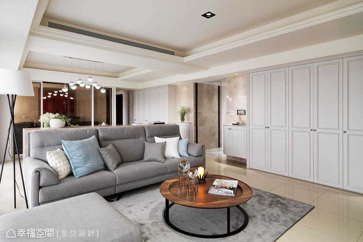 考量到女屋主和女兒喜愛的風格差異,設計師陳美貴以古典風設計硬裝,現代風妝點軟件家具,完美融合出新居的獨特味道。
