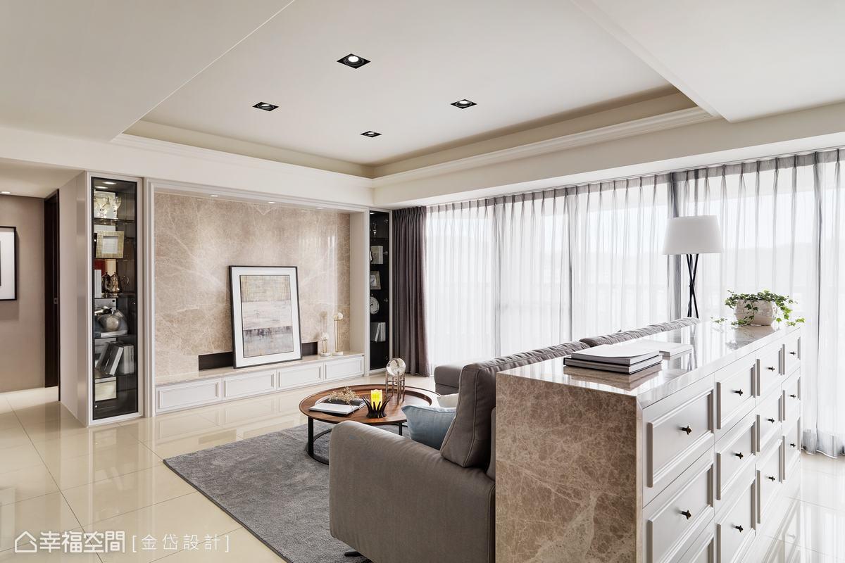 電視牆及沙發背牆皆採用相同石材鋪陳,米黃色調與奶油白色壁面相襯,使優雅氣息之上更添一抹奢華。