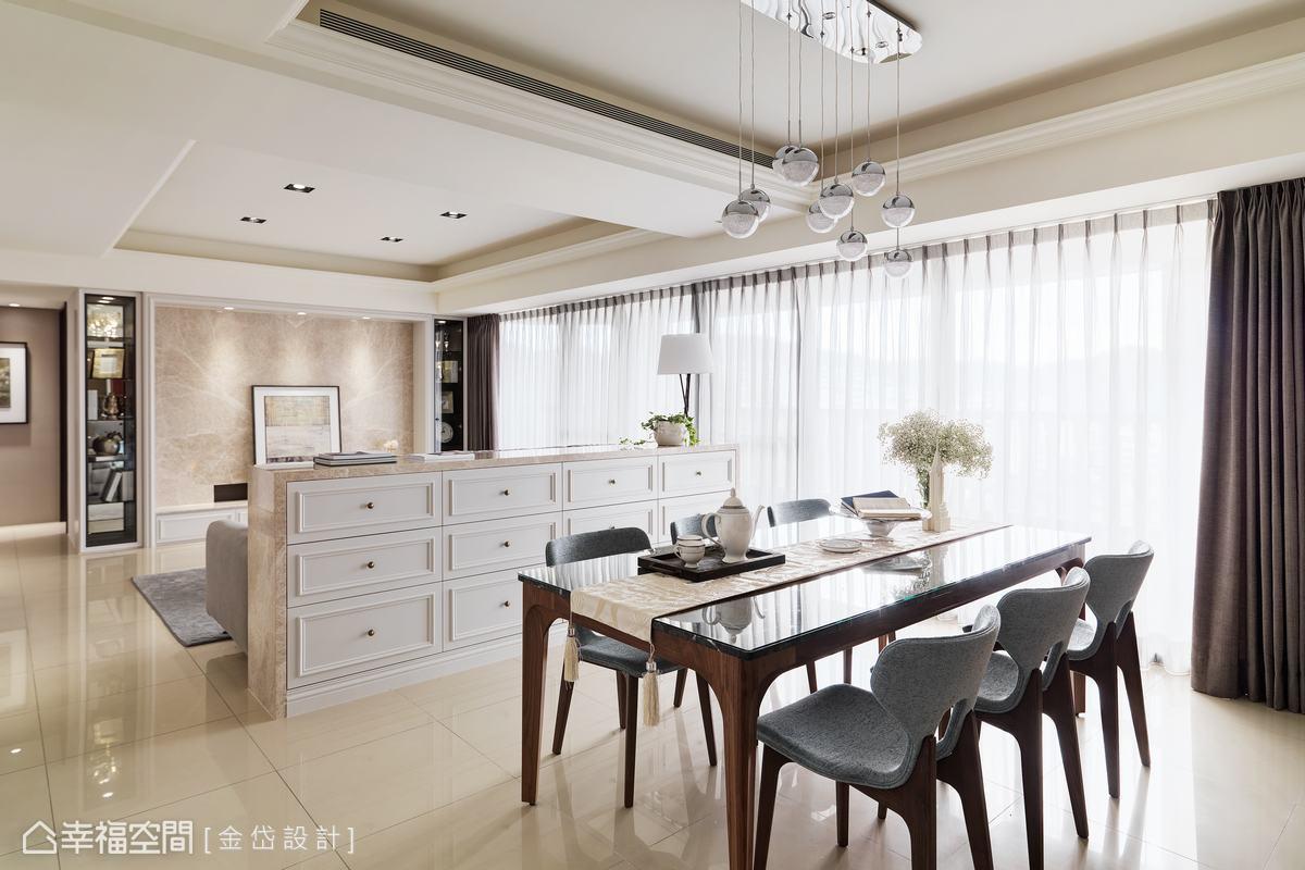 由於居住著三代人口,因此收納量也必需要跟著提升,沙發背牆近餐廳一側,以線板造型抽屜增添收納量,也可作為餐櫃使用。