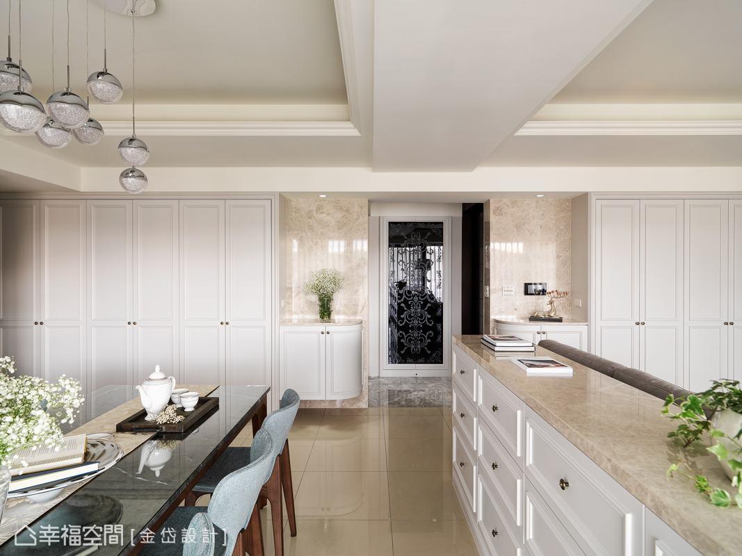 兩側對稱的收納櫃,進玄關處以圓弧矮櫃呈現,除了增添櫃體的視覺變化,也使入口動線更順暢。