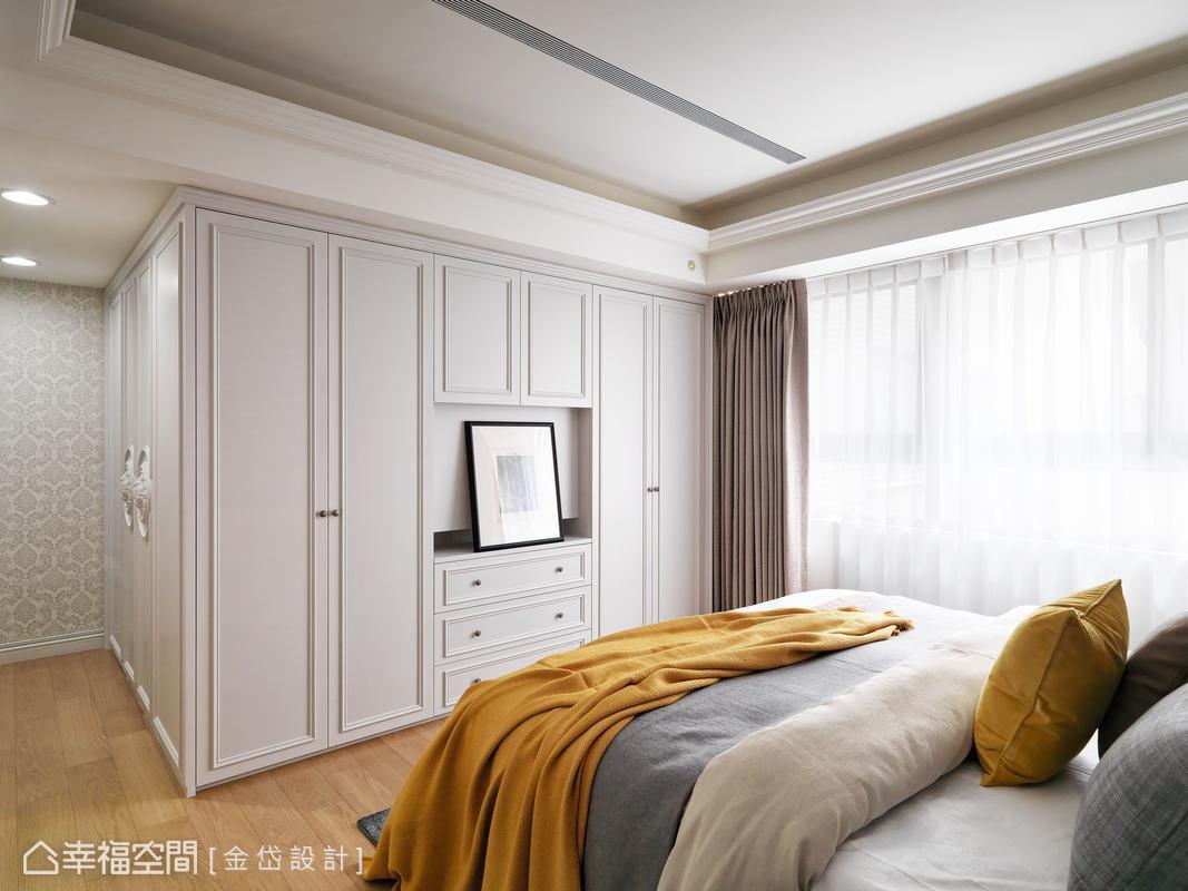 主臥房因為有房門對到廁所門的疑慮,因此設計L型造型櫃化解風水問題,並巧妙隱藏主臥衛浴空間的門片於最左側。