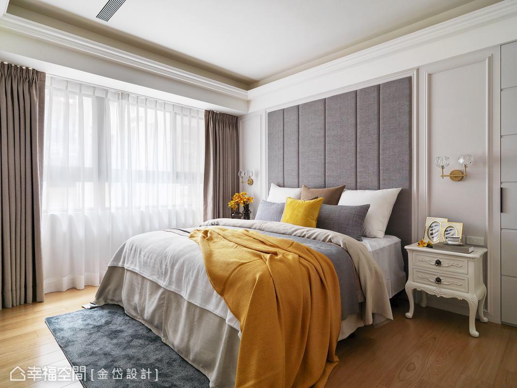 主臥房透過灰白色主調鋪墊,並以高質感的繃布為中心對稱,加上兩側的水晶壁燈,使床頭造型更加豐富。