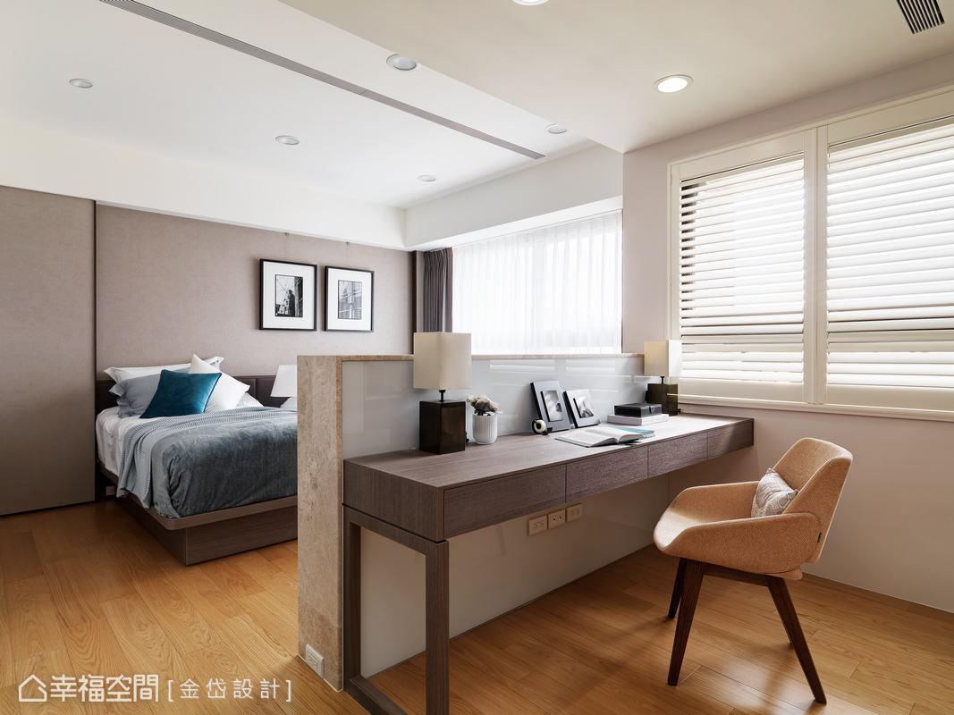 利用半高的電視牆為區隔,並運用壁紙和木皮設計床頭壁板,而壁板左側也利用原始的凹洞作為收納空間。