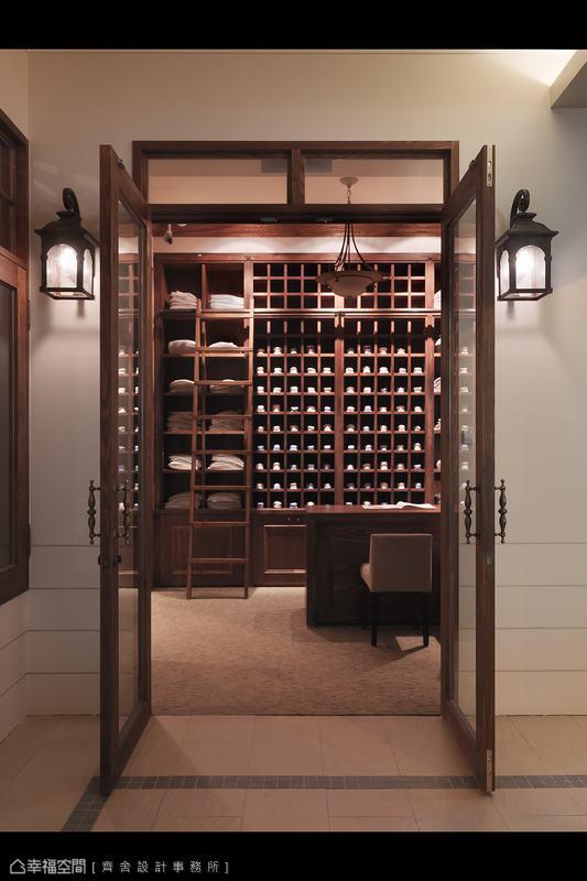 兩盞美式壁燈在木框大門兩側搖曳出溫暖的光芒。