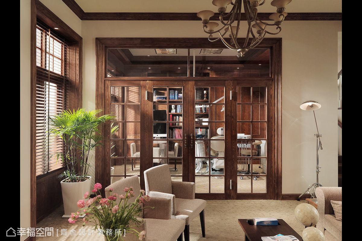 自然日光穿透窗上的木百葉簾或是門上的格柵木條,交會出美麗的光影線條。