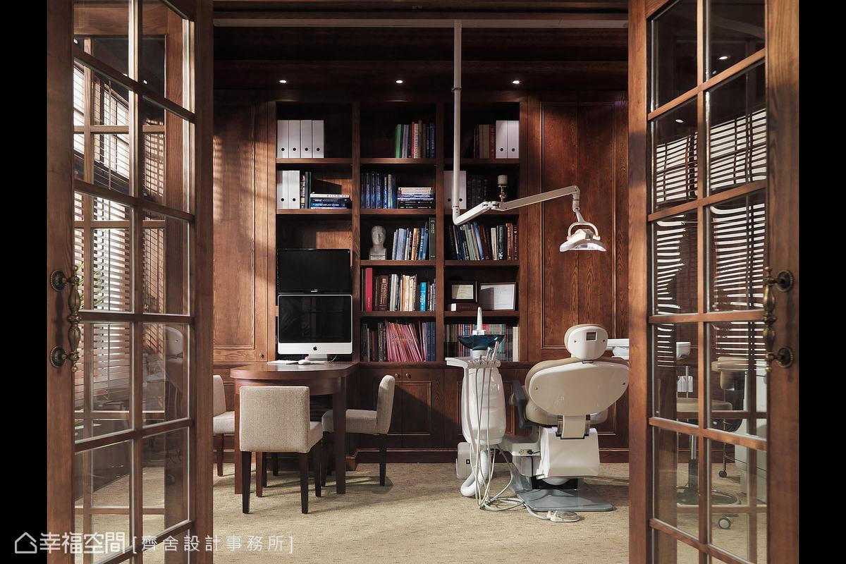 格柵門扉後方的獨立諮詢室,設計師以溫暖的木皮打造至頂的展示收納櫃,營造出居家書房的溫暖氛圍。