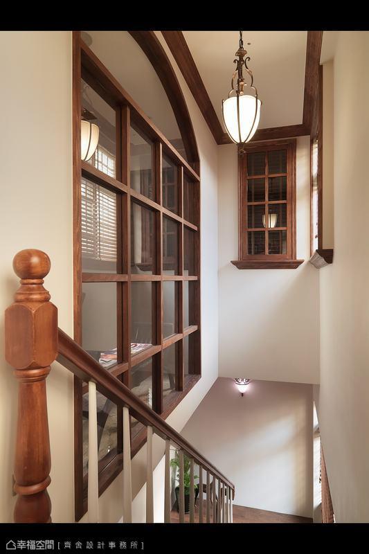 格柵窗戶的設計,串連上下兩層樓的美式風格。