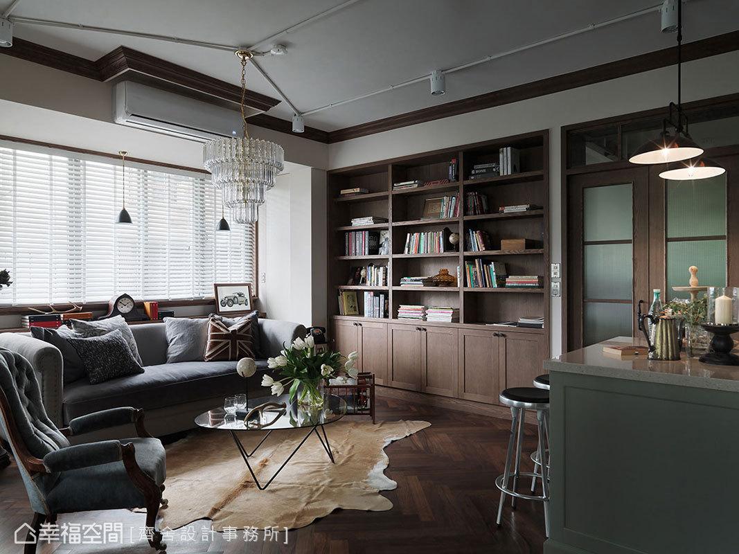 木頭大書櫃靜置客廳一側,收納大量書籍,亦增添穩重氣息。