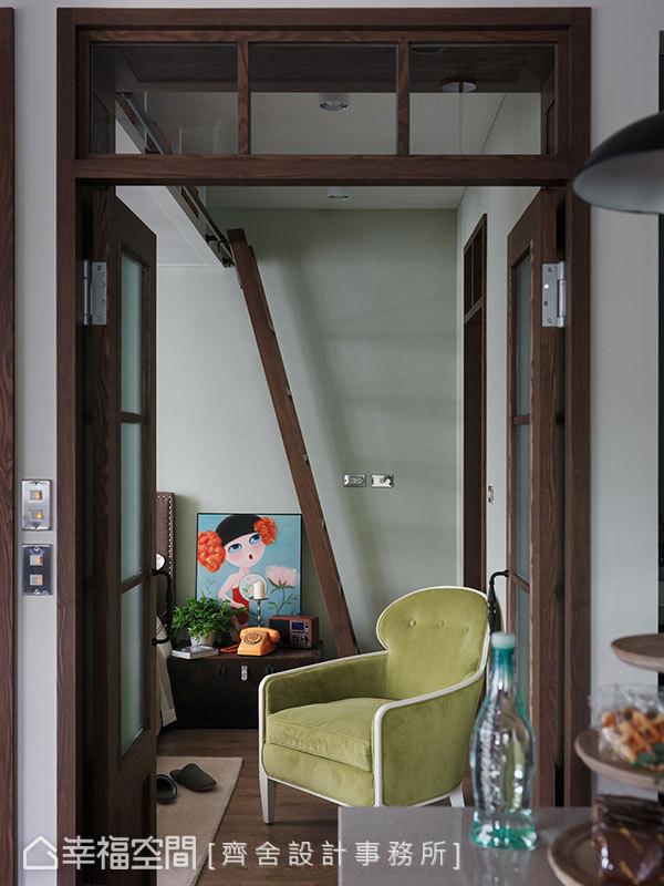 一致的木皮串聯整個空間,如門片、門框、爬梯,使老房子的韻味,完整漫入大小角落。