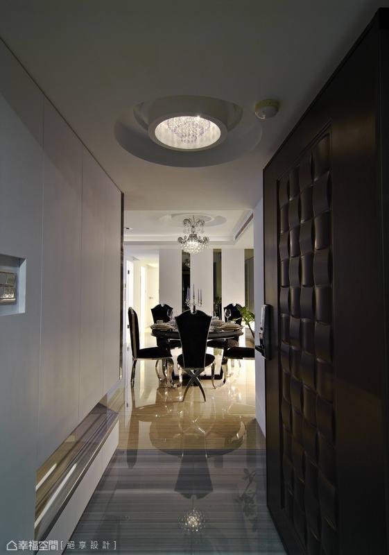 秉持充滿現代感的一貫風格,設計師黃俊勳注入線條元素、華麗軟件,營造屋主所期待的奢華。
