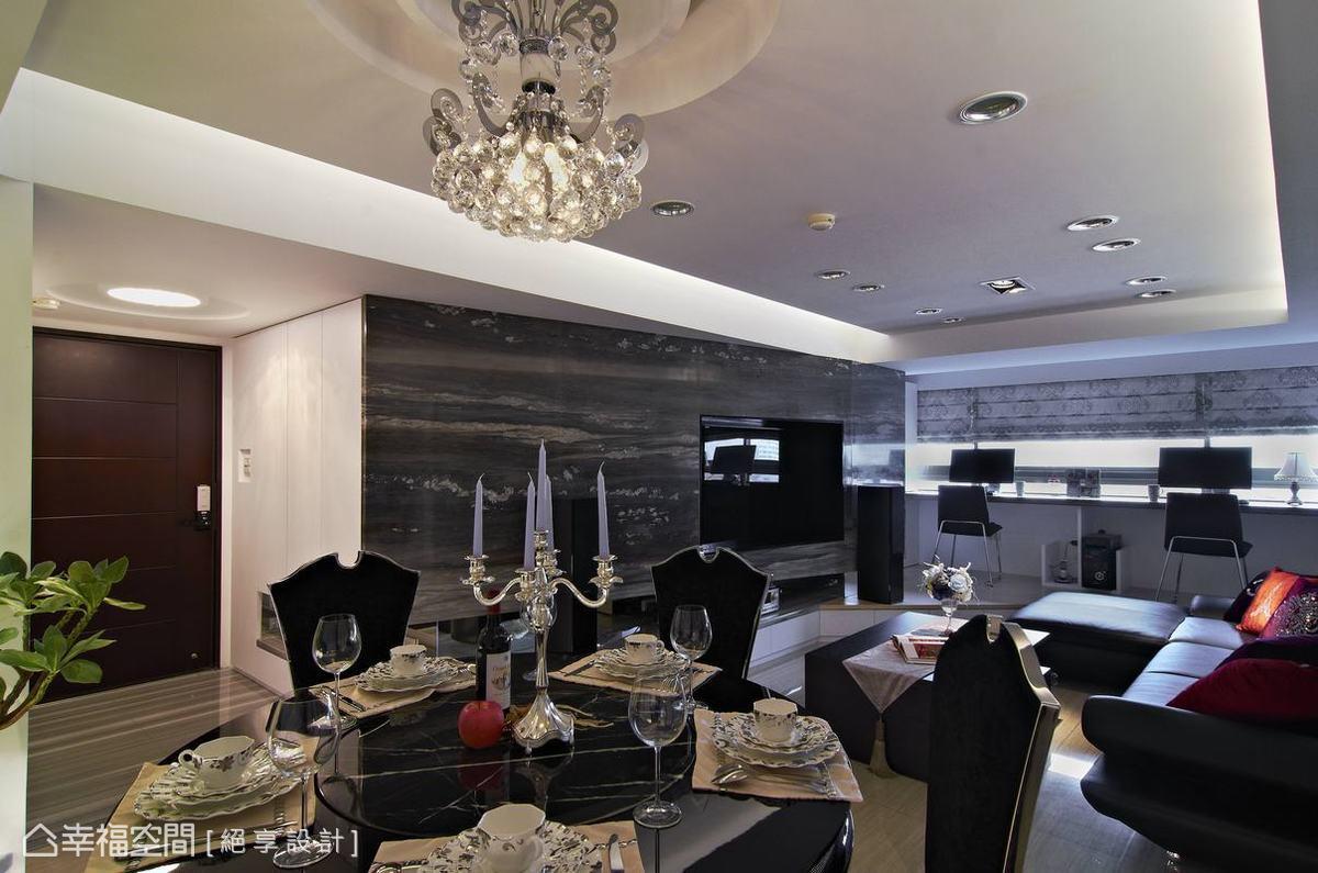設計師黃俊勳由玄關鞋櫃起始,一路轉折入電視主牆面,最末包覆結構柱體收尾,斜面的延伸加大空間面寬。