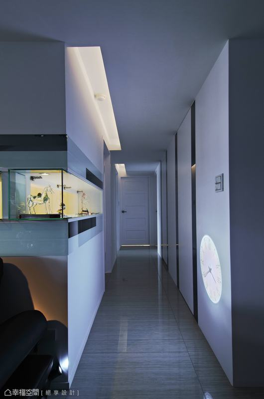 餐廳到走道動線中,設計師利用灰鏡與白色烤漆為材直線拉高視覺效果。