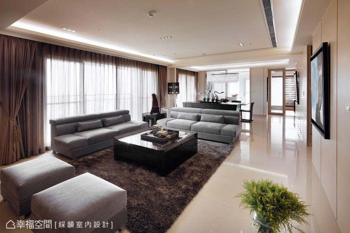 在空間的設定上為讓客廳不只是影音娛樂機能,而是朋友到訪時促膝長談天地,單椅的選擇變化出無限彈性。