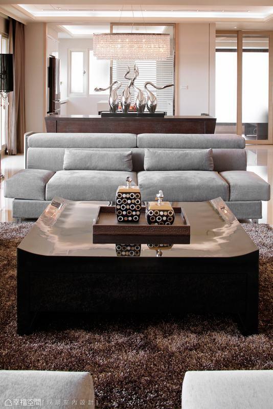 低背沙發於場域分野中置入,視線穿透加乘空間感受,低檯肚的餐櫃烘襯穩定做出了沙發背牆寓意,空間自在卻不失安定。