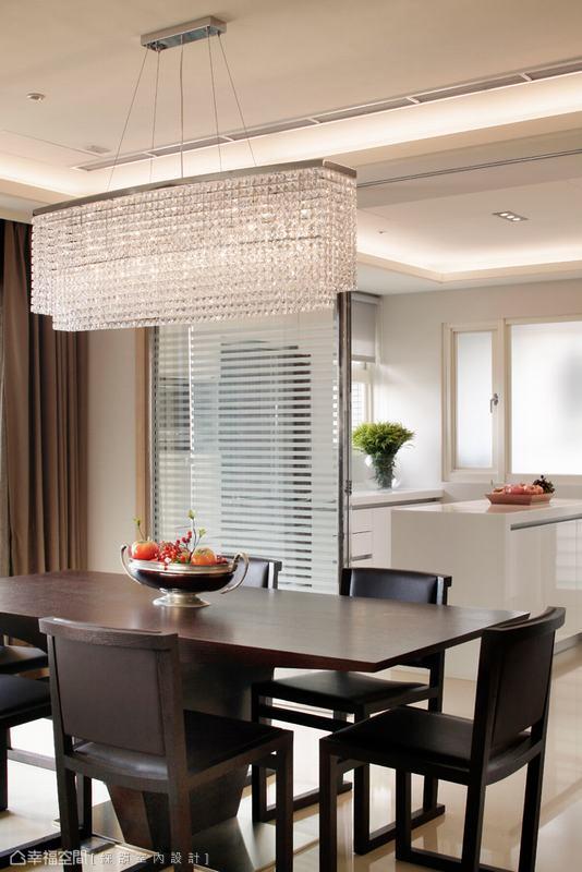 烤入白色線條的清玻璃拉門,線性變化低調了廚房的凌亂及油煙溢出。