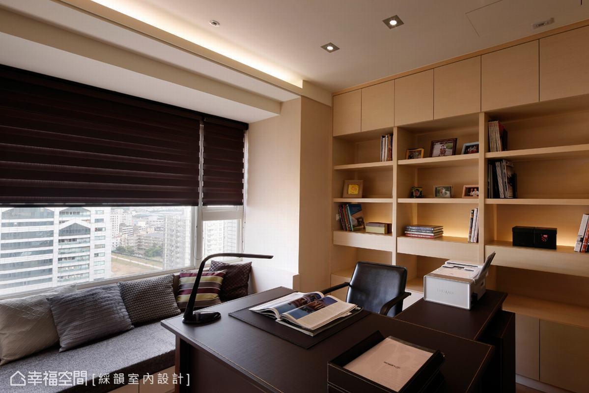 線條的純粹,在書房中勾畫出書櫃及窗邊臥榻休憩,內斂展示男主人性格。
