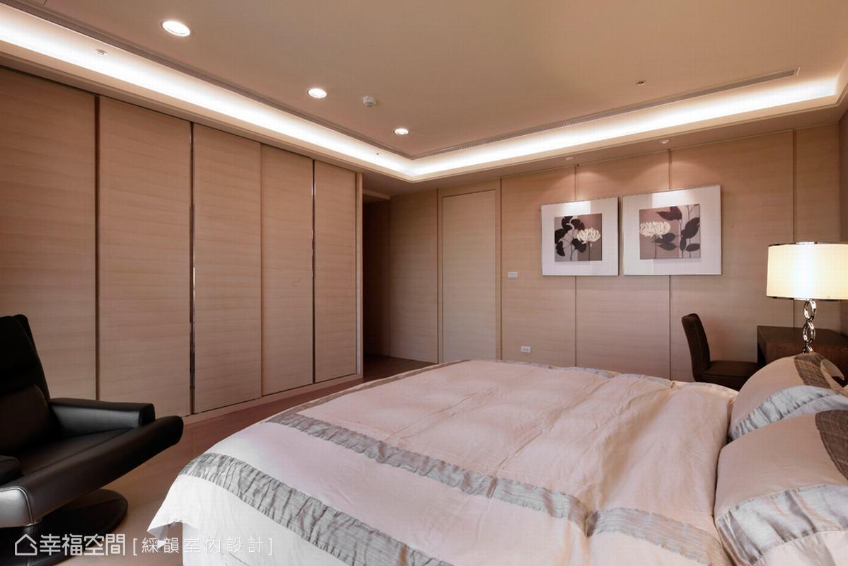 更衣室面向以兩公分溝縫段落虛化,降低門片於空間切割。