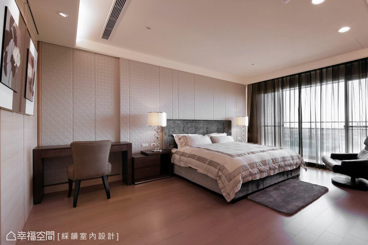 色系延伸在床頭旁利用樑下三十公分厚度,展現畸零空間的巧妙運用