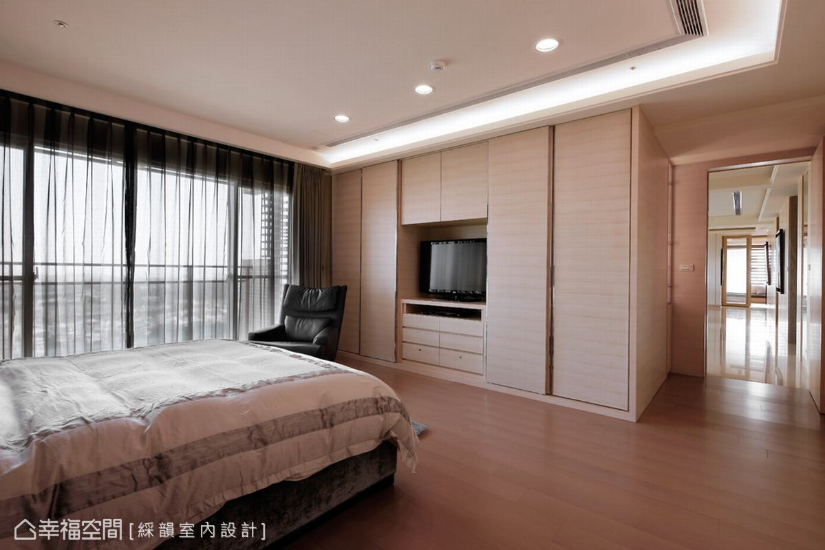 延續著公領域的線條單純,主臥床尾衣櫃設計師以金屬條壓邊,低調的反射豐富立面色彩。