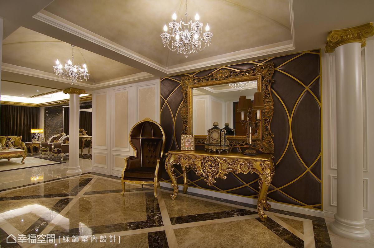 住宅起始之處即以大理石鋪敘的磅礡氣勢,奔放開闊地延展出迎賓走道,替兩側雙客廳的中介領域導來尊貴氣氛,銜接豪宅的雙廳大器格局。
