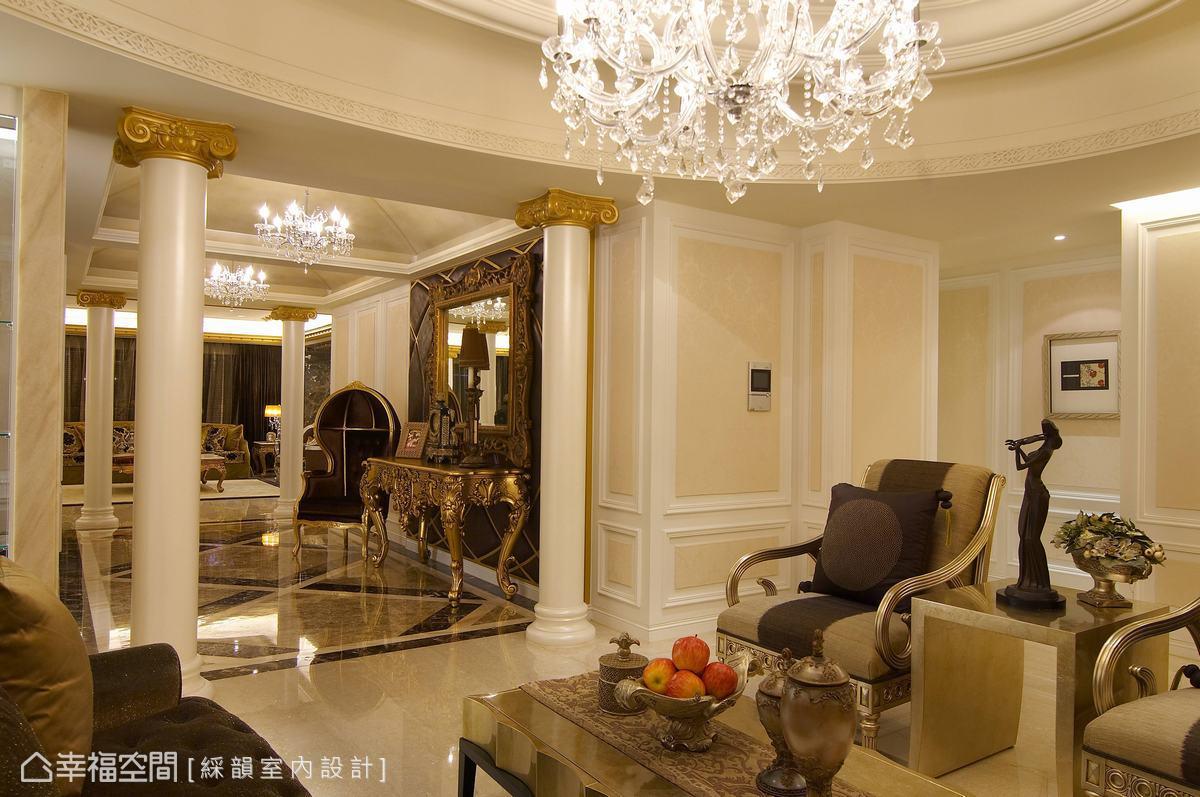 銜接雙廳的玄關通道,各角度看來皆是穿透的層次,使佈置豪華的景深更為深邃。