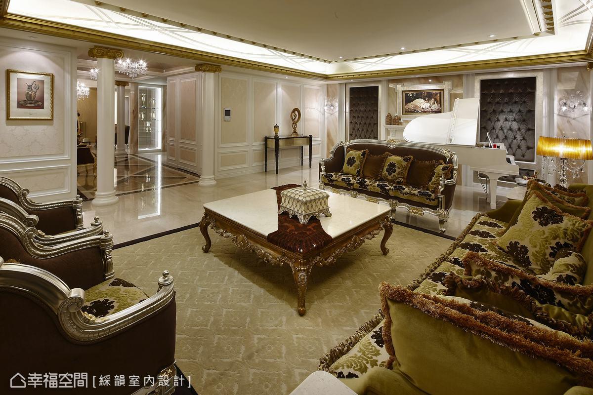 精雕細琢豪宅風華,佐以法式浪漫從容的自信步調,牆面填上白色、粉色襯底,烘托金箔色澤的高貴富麗。