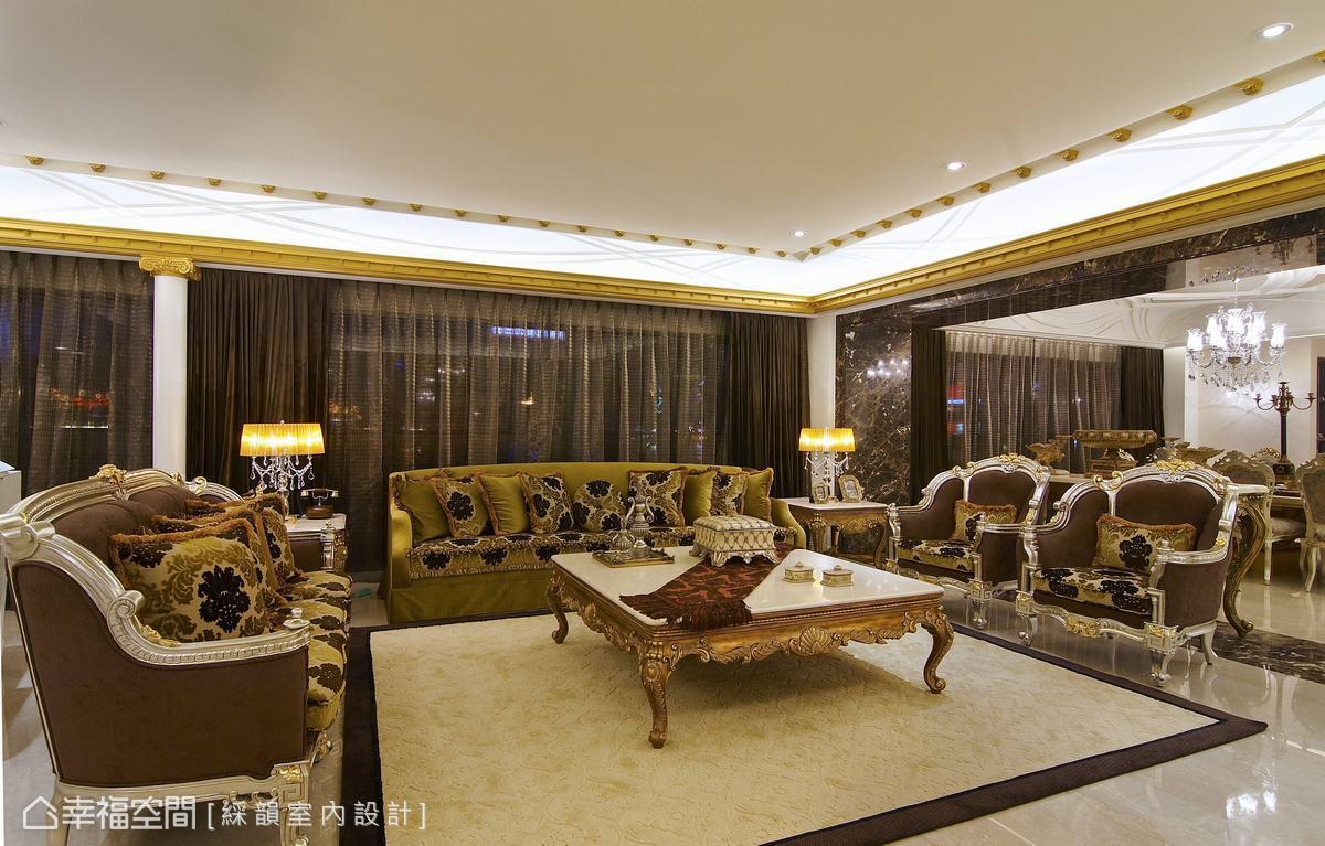 以華麗的大尺寸傢俱,定義寬闊客廳的重心,圖騰與細緻的金箔收邊,表現屬於豪宅主人的過人品味。
