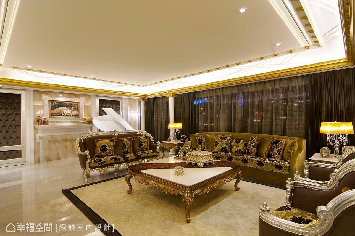 法蘭西斯古典基調,表現純正法式的貴族生活,客廳劃分一區放置鋼琴,牆面搭配石材、對稱繃布,琴音悠揚時流轉出迷人的高雅氛圍。
