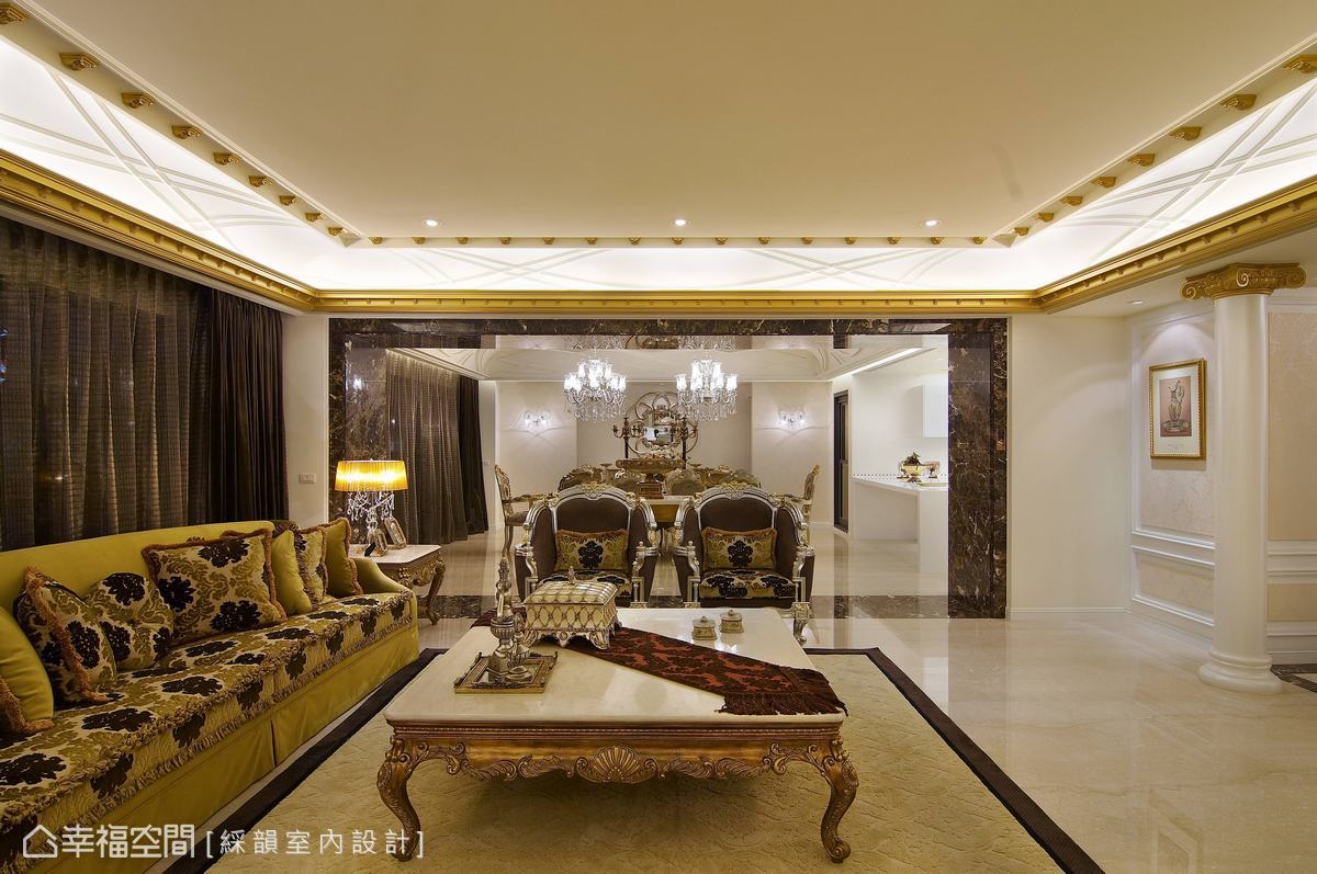 客廳與餐廳之間,以大器延展的深色大理石門拱界定。