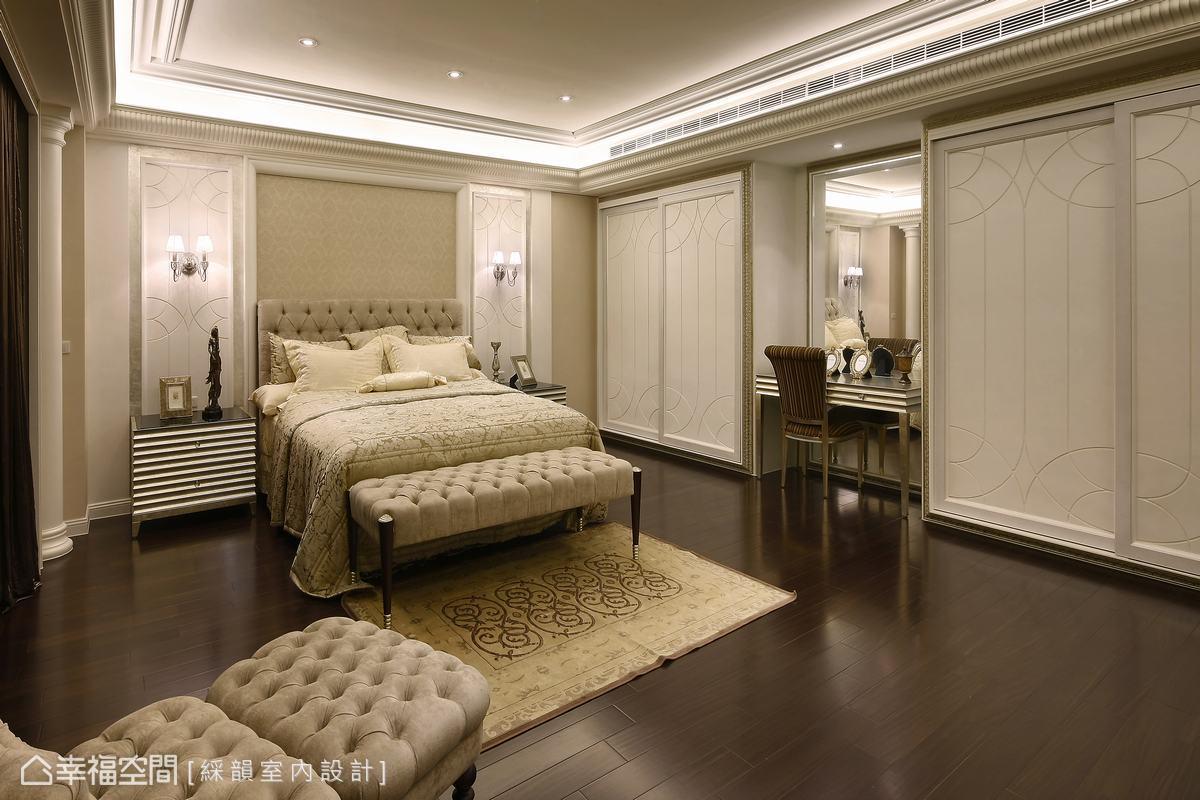 臥室透過柔軟的古典表現,承接公共空間的風格定義,而細緻線條於淺色背景的描繪,突顯睡眠空間與外在不同的別緻與安定。