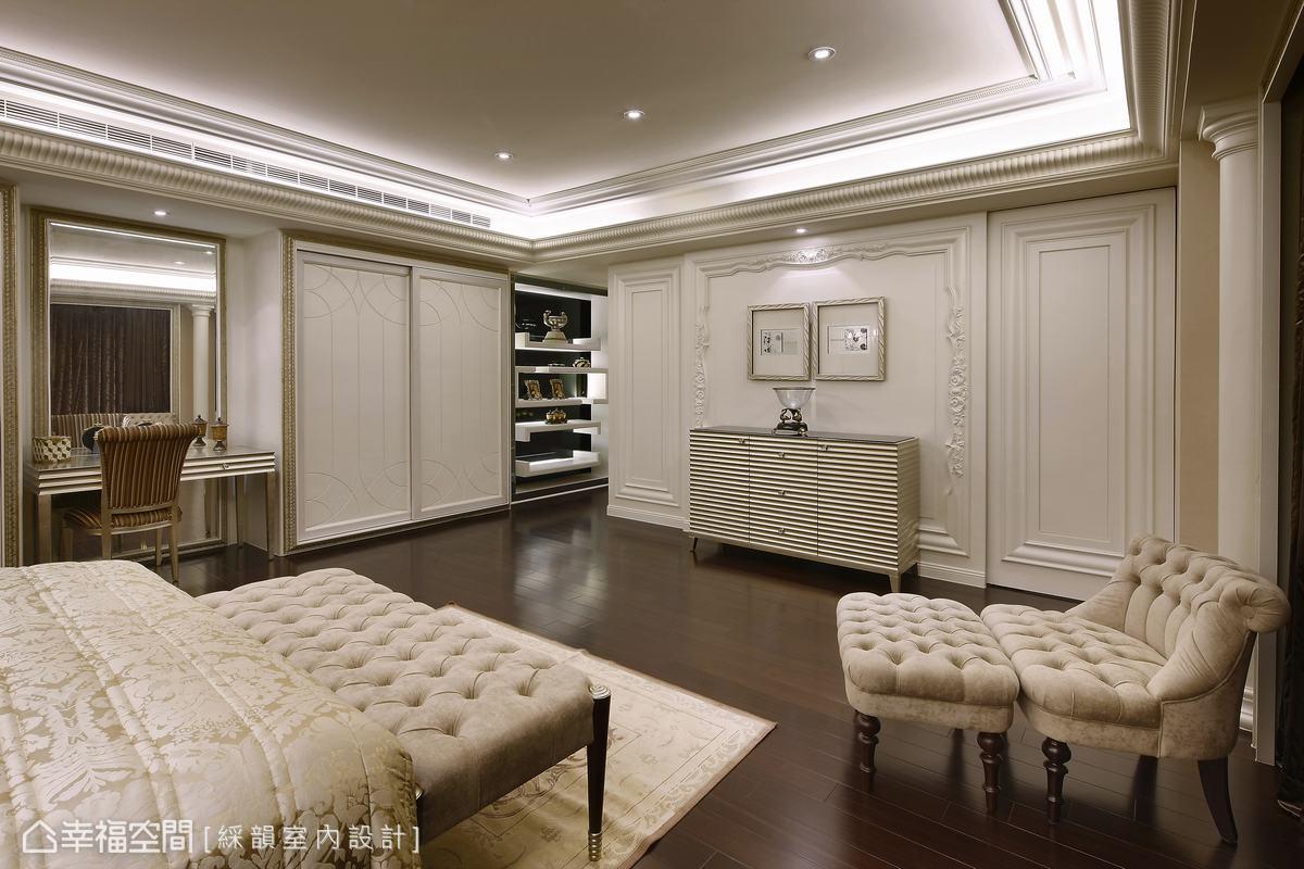 臥室一(2) 床尾預留寬敞的活動空間,使臥室空間不顯得侷促擁擠,展現寢居生活從容優雅的步調。