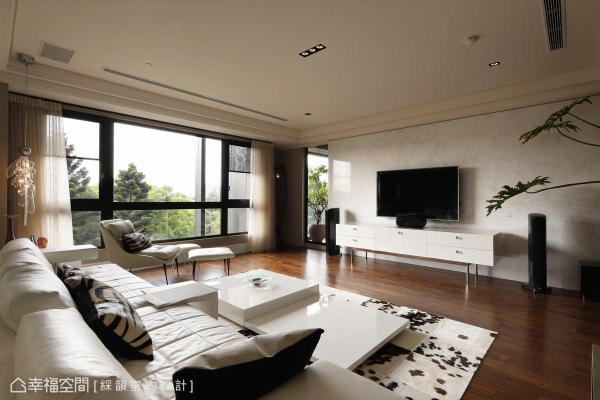 永不退流行的簡約白色作為客廳主調,白的純淨為居家生活填滿無限想像,軟件則為此注入野生動物紋路的活力。