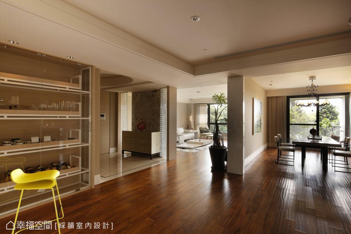 一牆之隔的兩個空間,採界定明確且開放的格局,引導日光、風景入室。