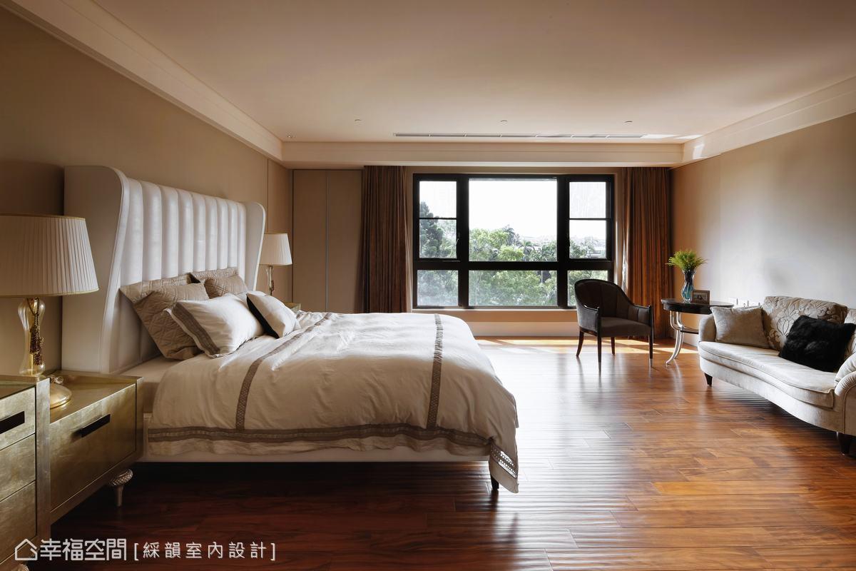 每個空間都擁有得天獨厚的風景,主臥室除了是睡眠的空間,利用空間的寬敞,佈置沙發與茶几,格外具有悠閒的氛圍。