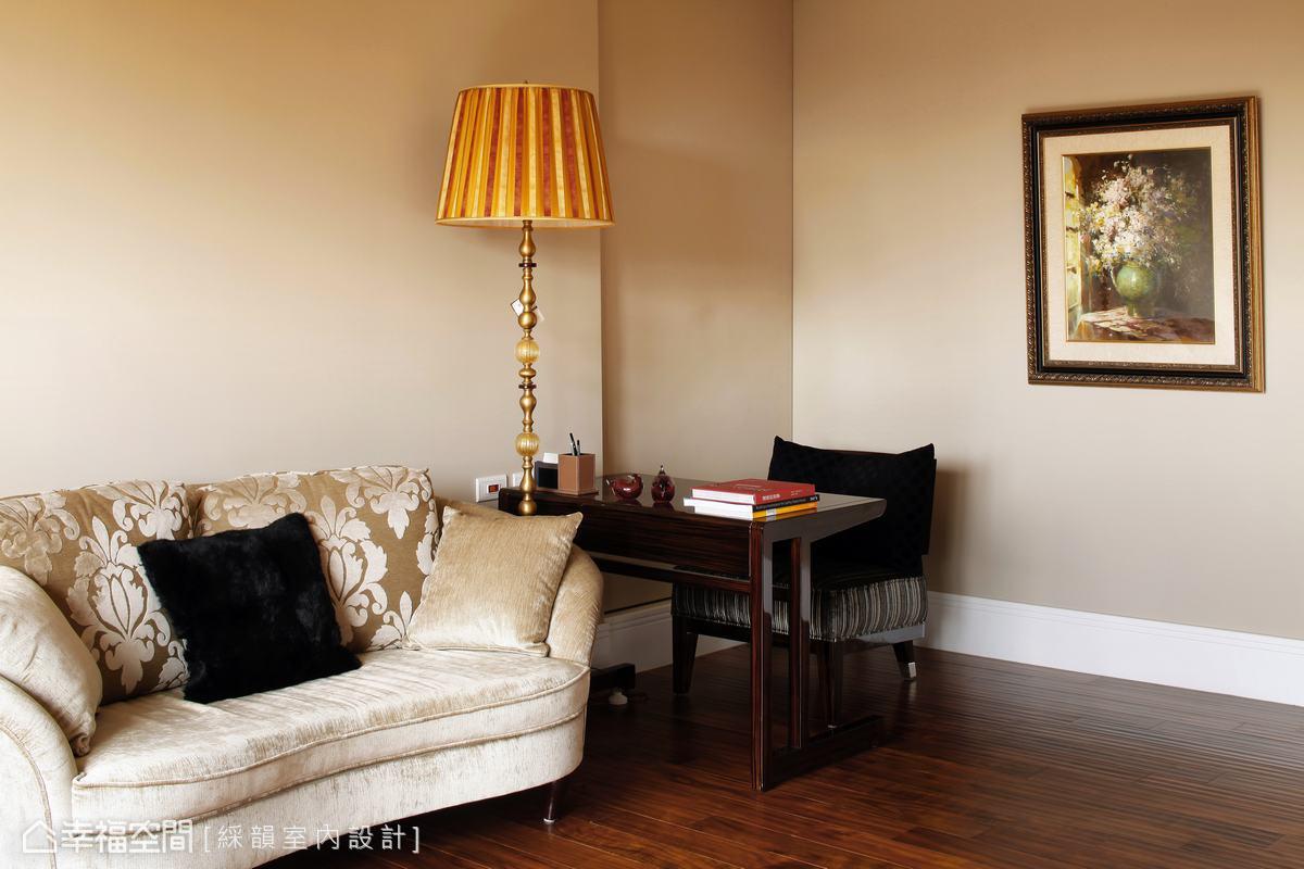 視線能觸及窗外風景的角落,是臥房主人可以隨心所欲冥想或放空的個人空間。