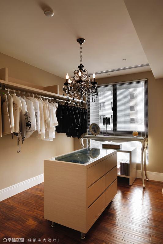 打造如展示知名設計師服裝的陳設品味,中央抽屜櫃上方為玻璃材質,輕易透視櫃內收藏。