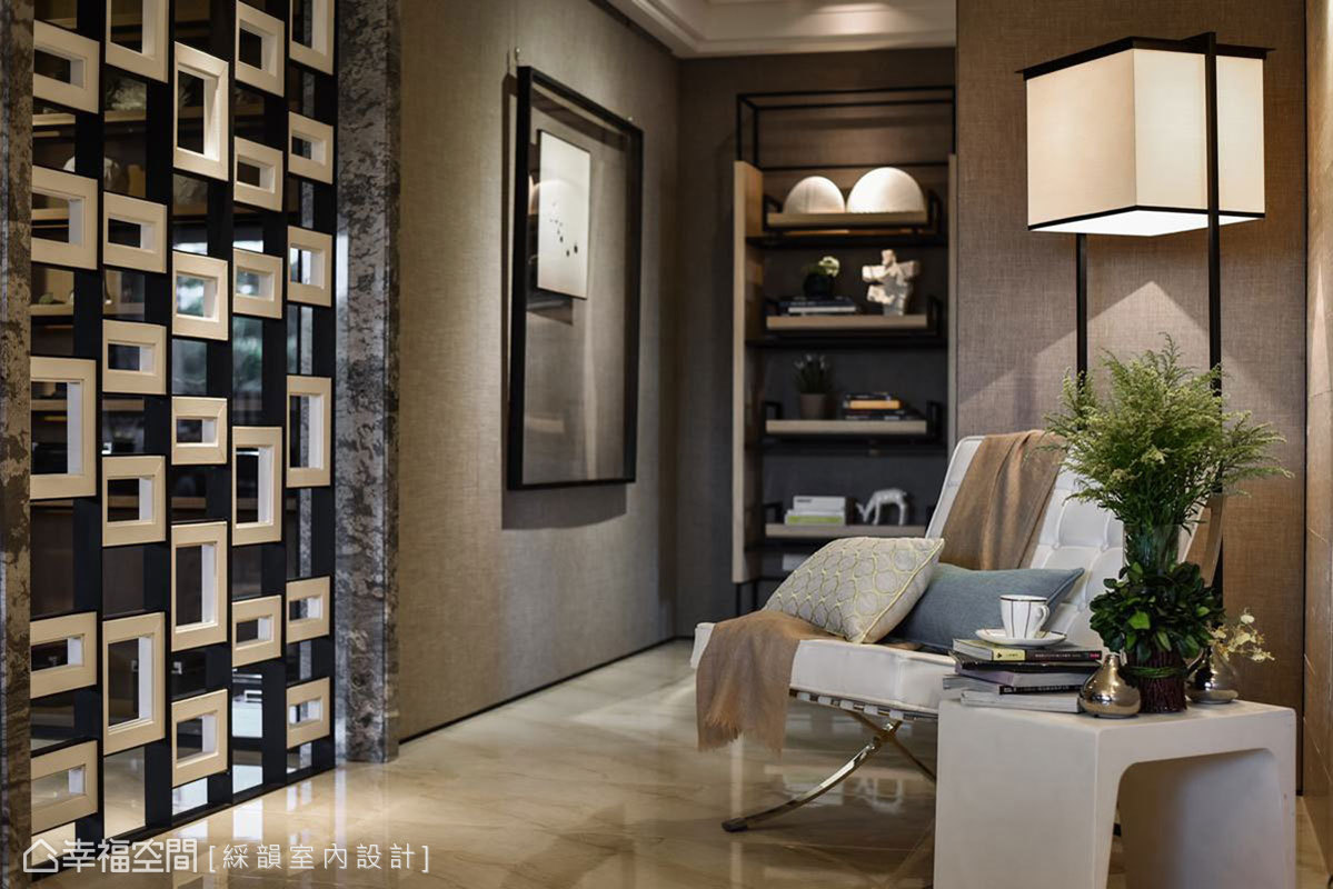 設計師利用進入私領域前的廊道轉圜區規劃一隅閱讀區,巧妙讓龐大結構柱體,順勢成為合理且必須的存在。