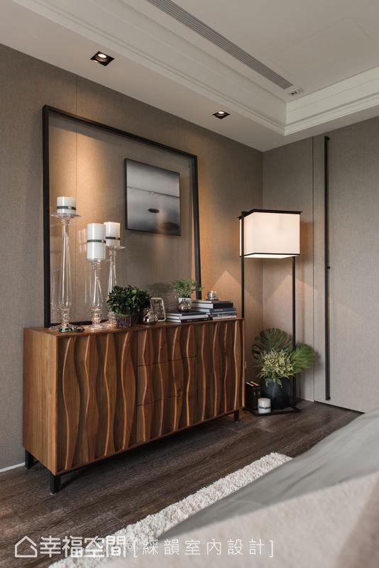 細緻的立體線條,以裝置藝術的姿態,在木質櫃體上蜿蜒出美麗樣貌。