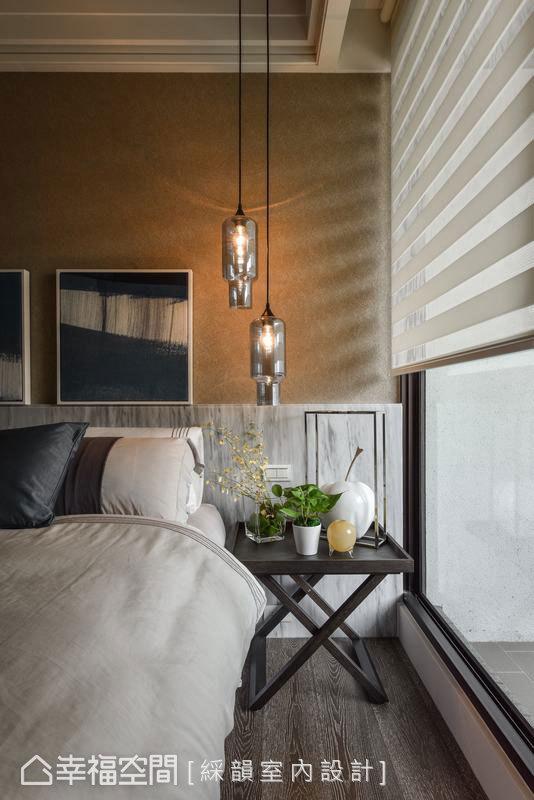 透過風格壁紙與木作腰板的搭配,呈現截然不同的寢眠氛圍。