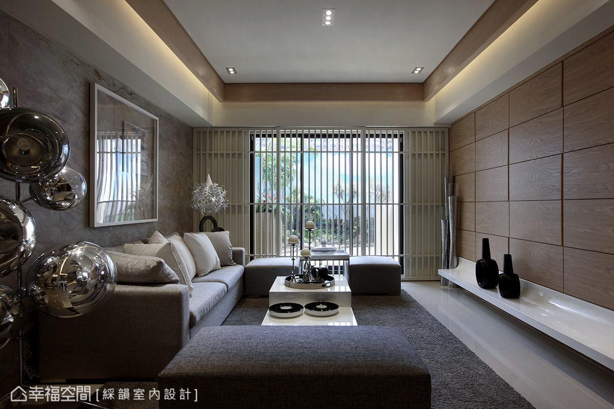 冷冽的大理石沙發背牆與溫潤的木色電視主牆,在空間中形成對比美感。