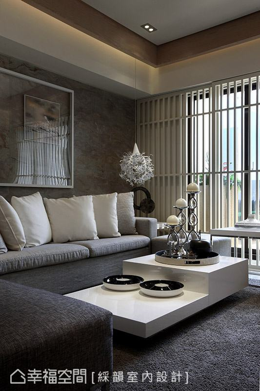 吳金鳳設計師運用白色木格柵,為場域帶入休閒感受。