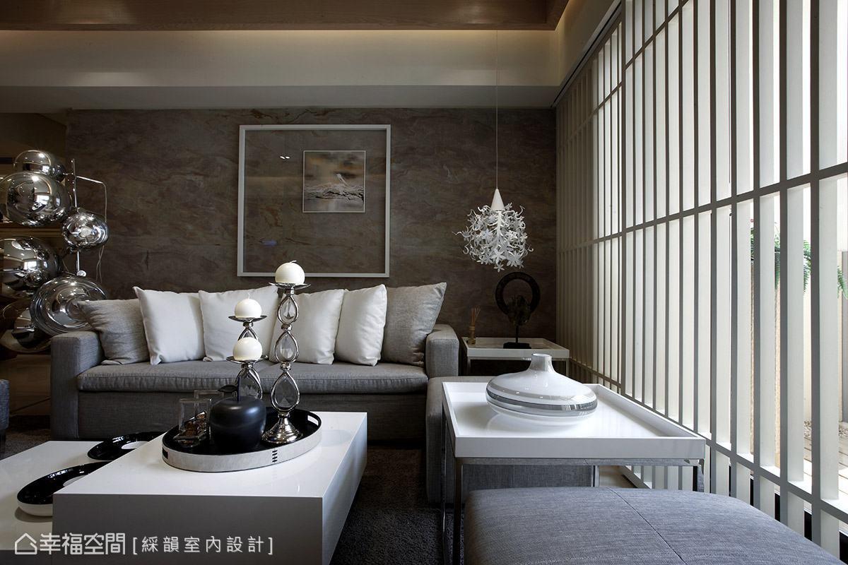 擺放於沙發兩側的獨特造型燈具,於現代風格的空間主題中,點出時尚個性表情。