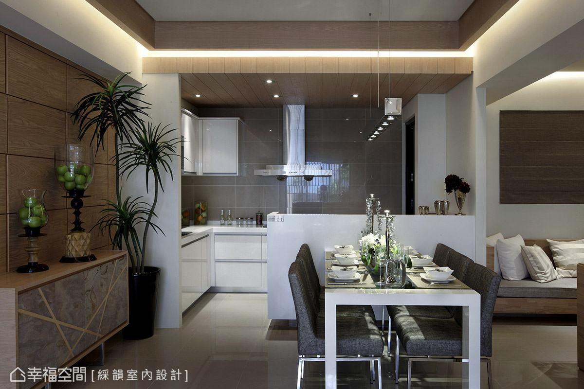 廚房空間則以木天花與吧檯為區域界定,拉高的檯面隔屏,有效遮掩廚房中的凌亂。