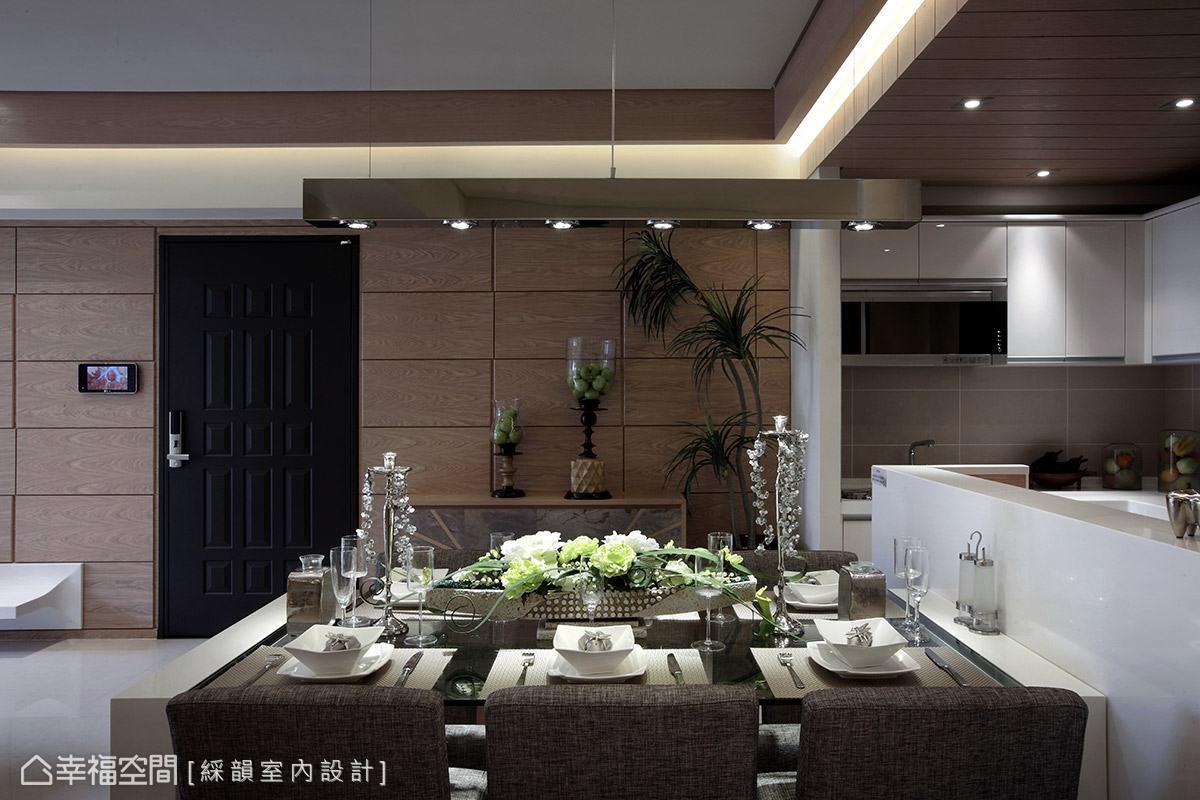 餐廳區牆面延續電視主牆的立面設計,與別具風味的造型器皿與綠意植栽,共譜休閒紓壓的度假氣息。
