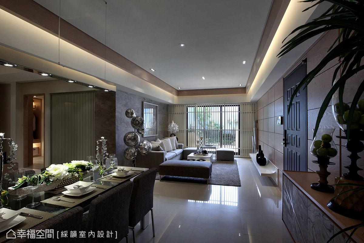 充分發揮採光優勢,以大面落地窗引進室外光源,展現明亮通透感受。