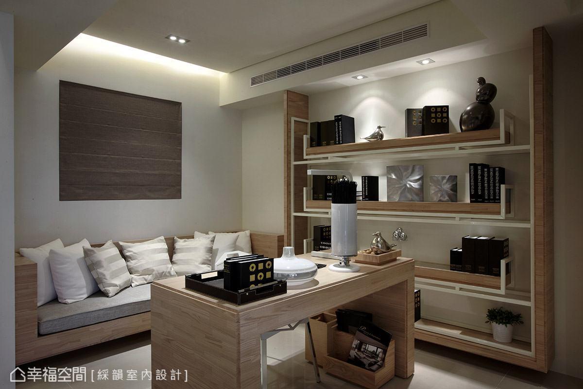 以木質元素為題的書房空間,以簡潔實用的機能配置為設計重點,沿著壁面規劃的沙發臥榻,提供屋主短暫休憩的舒適角落。