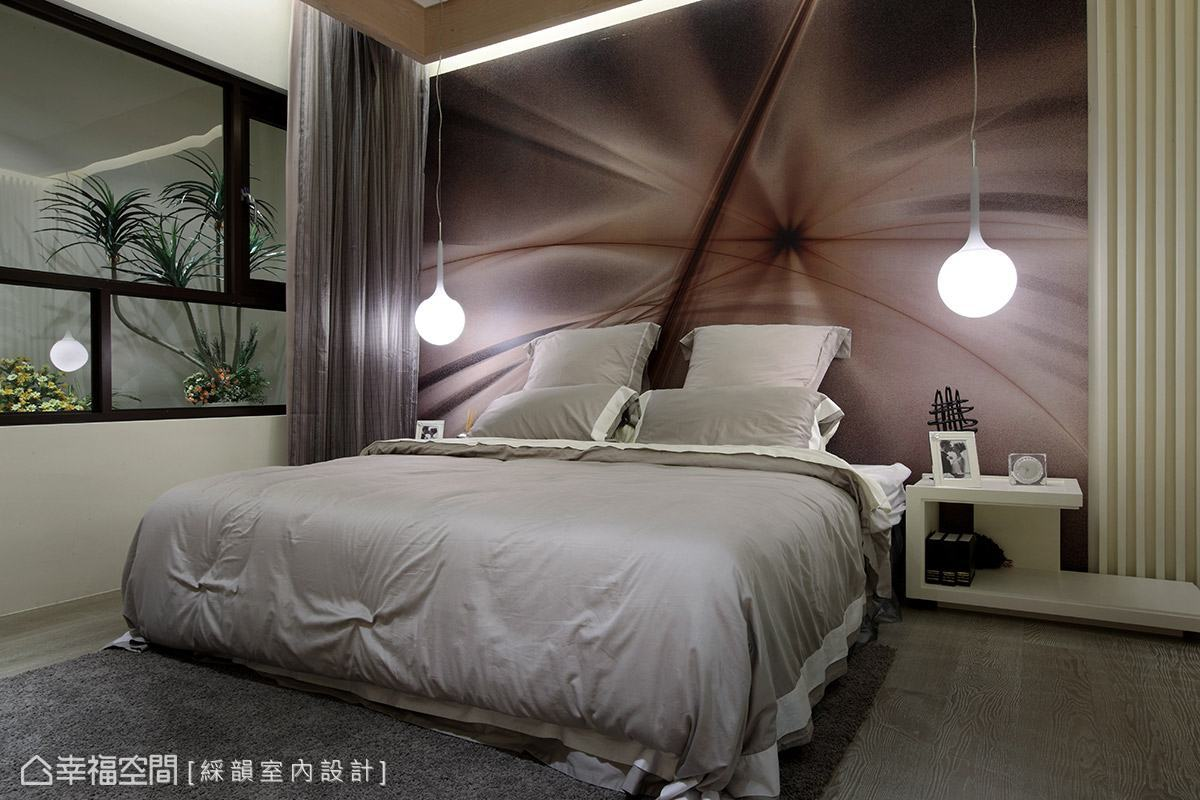 帶有柔美線條造型的床頭主牆,搭配兩盞圓潤可愛的造型吊燈,形塑甜美浪漫的空間氛圍。